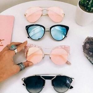 ピンク系サングラスが気になる!セレーナやカイリー愛用のタイプ別サングラスを紹介!